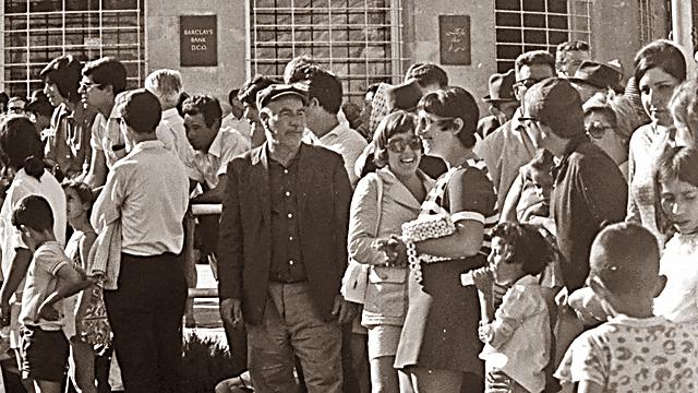 צעדת שלושת הימים ברחוב יפו על רקע בניין העירייה, 1970 (צילום: פוטו אביב, באדיבות ארכיון קק