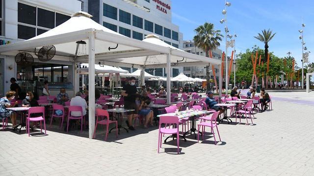 מסעדות בנתניה פתוחות עוד לפני התאריך שיש אישור לפתוח (צילום: יאיר שגיא)