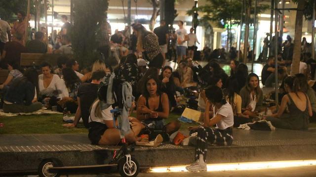אנשים מבלים בכיכר דיזינגוף בתל אביב (צילום: מוטי קמחי)