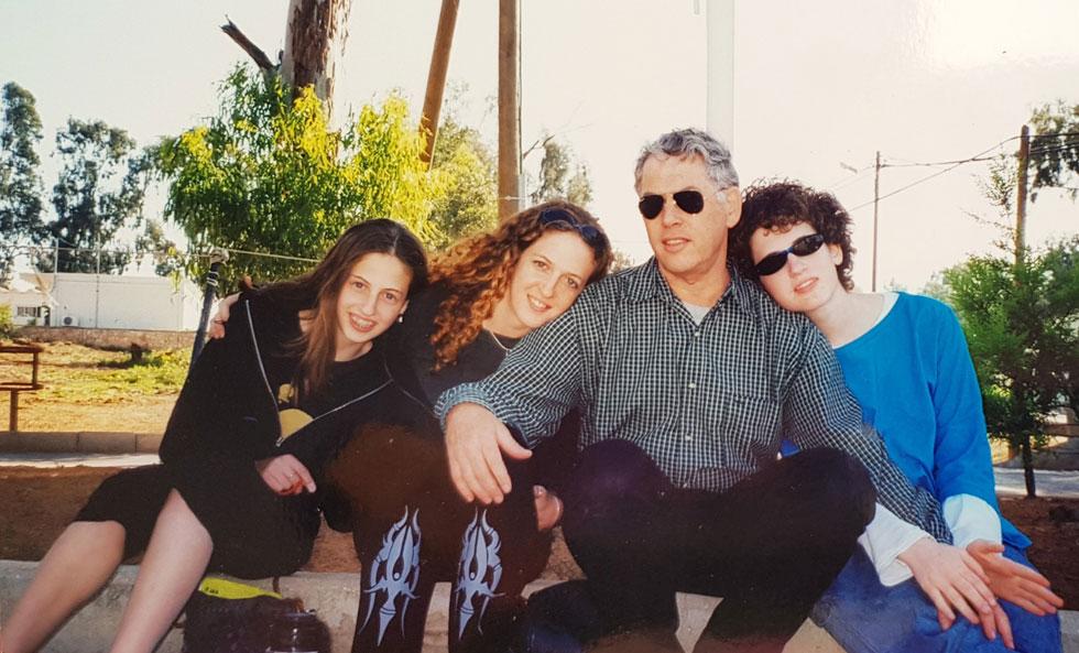 """הגר (שנייה משמאל) עם אביה ואחיותיה. """"ההורים פשוט לקחו אותי לישון בבית""""  (צילום: אלבום פרטי)"""