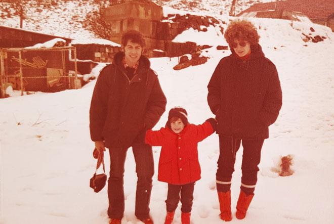 """עם ההורים, בחרמון. """"היינו משפחה בתנועה, שמטיילת ומתגלגלת"""" (צילום: אלבום פרטי)"""