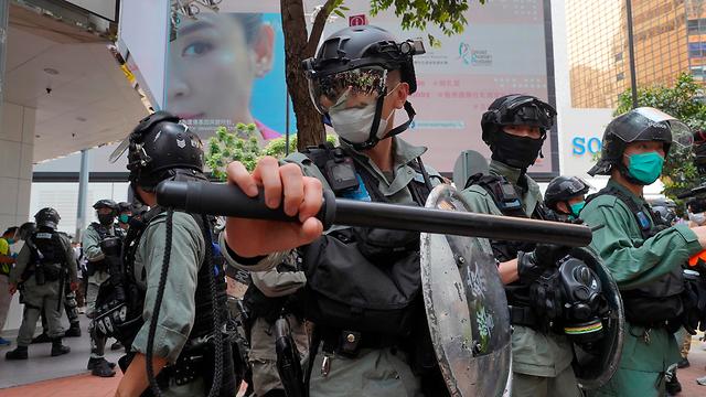 הונג קונג שוטרים מפגינים הפגנה מחאה עצורים (צילום: AP)
