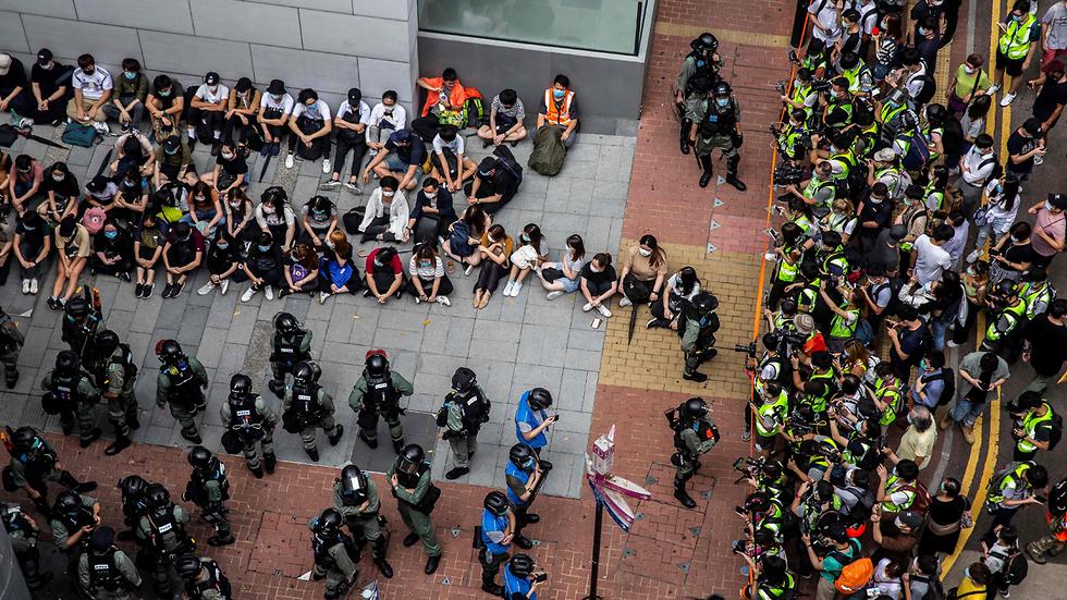 הונג קונג שוטרים מפגינים הפגנה מחאה עצורים (צילום: AFP)