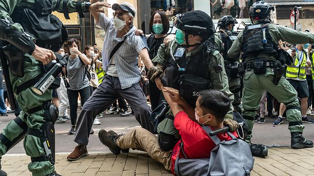 הונג קונג שוטרים מפגינים הפגנה מחאה עצורים (צילום: gettyimages)