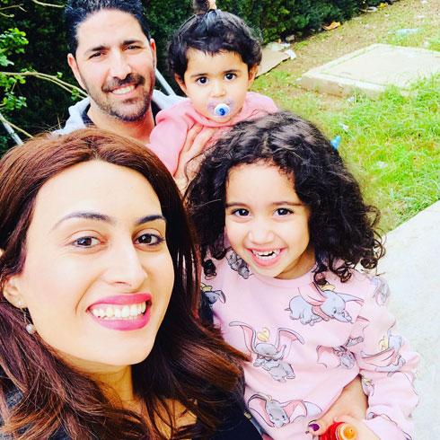 """""""הוא עודד אותי לחפש את אבא"""". עם בעלה יגאל והבנות אלין ולורן (צילום: אלבום פרטי)"""