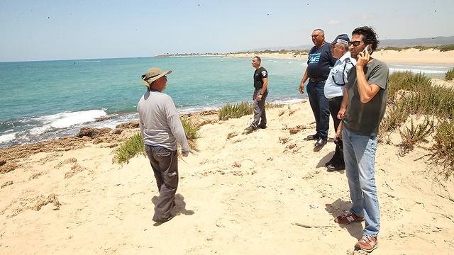 המשטרה מוציאה את הגופה מהמים (צילום: אלעד גרשגורן)
