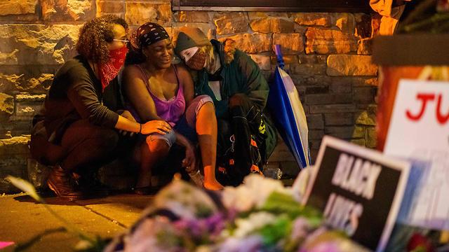 חברתו של ג'ורג' פלויד במקום האירוע (צילום: AFP)