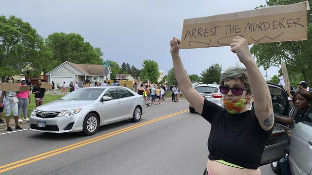 מפגינה בעקבות מותו של ג'ורג' פלויד (צילום: AP)