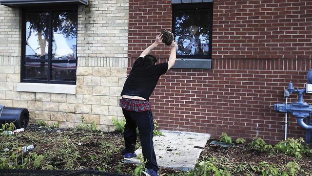 עימותים עם המשטרה במיניאפוליס בעקבות מותו של ג'ורג' פלויד (צילום: EPA)