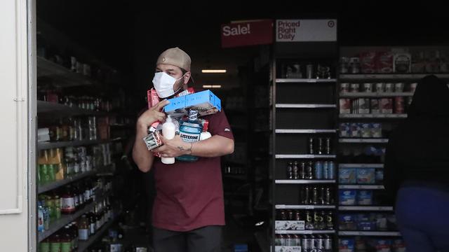 ביזת חנות טארגט במיניאפוליס בעקבות מותו של ג'ורג' פלויד (צילום: EPA)