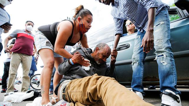 מפגינים במיניאפוליס בעקבות מותו של ג'ורג' פלויד (צילום: EPA)