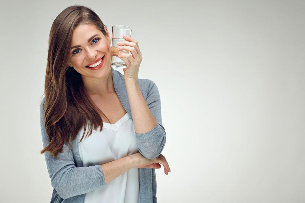במחקרים נמצא שאנשים המרבים בשתיית מים צורכים  9% פחות קלוריות לעומת אלה ששותים משקאות אחרים (צילום: Shutterstock)