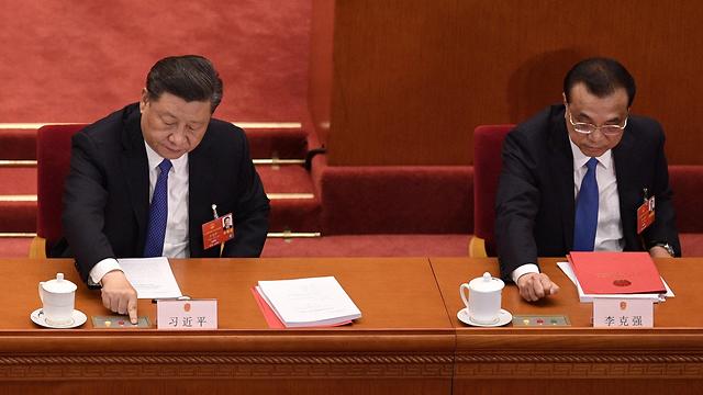 נשיא סין שי ג'ינפינג וראש הממשלה לי קצ'יאנג אישור חוק הביטחון הונג קונג (צילום: AFP)