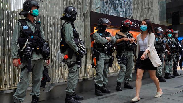 שוטרים ברחובות הונג קונג בזמן אישור חוק הביטחון של סין (צילום: AP)