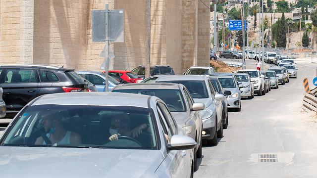 תורי ענק של תלמידים מחוץ לדרייב אין בדיקות הקורונה בירושלים בעקבות התפרצות הנגיף בגימנסיה (צילום: שלו שלום)