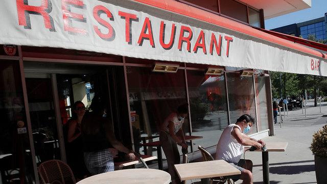 היערכות לפתיחה פתיחת מסעדה מסעדות בצרפת ליד פריז חזרה ל שגרה קורונה נגיף הקורונה (צילום: AP)