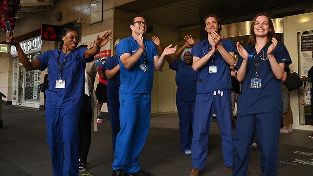 מחיאות כפיים ל צוותים צוות רפואיים ב בריטניה נגיף קורונה הקורונה (צילום: EPA)