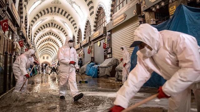 חיטוי ניקוי ה בזאר שוק שווקים ב איסטנבול טורקיה חזרה ל שגרה נגיף קורונה הקורונה (צילום: gettyimages)