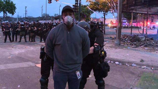 כתב CNN עומאר חימנז נעצר לעיני המצלמות (צילום: CNN)