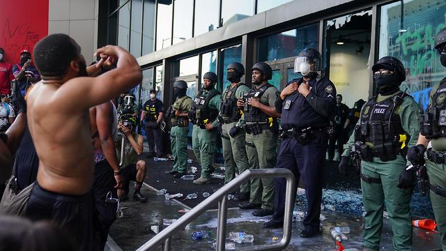מפגינים הפגנה מחאה עימותים שוטרים מטה CNN הצתת ניידת אטלנטה (צילום: AFP)