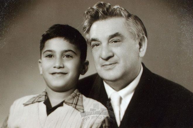 נחום נרדי עם בנו מנישואיו השניים, יאיר. איש קשה, אבל גאון (צילום: wikipedia, cc)