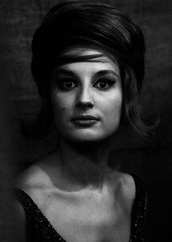שפת הגוף שלה היתה לא פחות וירטואוזית וענקית מסגנון השירה שלה. 1961 (צילום: MONDADORI PORTFOLIO wikipedia)