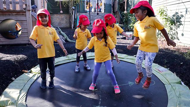 נגיף קורונה בריטניה אנגליה ילדים חוזרים לבתי ספר ו מעונות יום (צילום: AP)