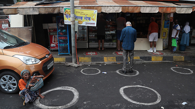 נגיף קורונה מומבאי תור ל מכולת (צילום: AP)