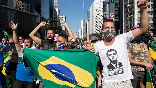 נגיף קורונה נשיא ברזיל ז'איר בולסונרו נפגש עם תומכים בלי מסכה (צילום: AP)