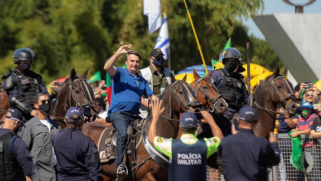 נגיף קורונה נשיא ברזיל ז'איר בולסונרו נפגש עם תומכים בלי מסכה (צילום: EPA)