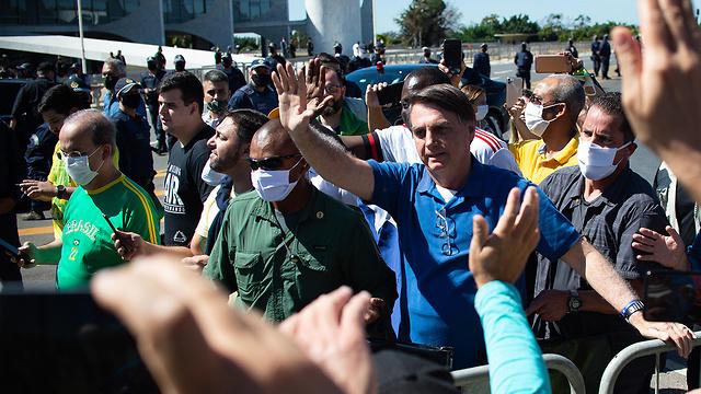 נגיף קורונה נשיא ברזיל ז'איר בולסונרו נפגש עם תומכים בלי מסכה (צילום: MCT)