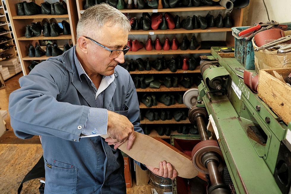 רומניה נעליים במידה 75 כדי לשמור מרחק ()
