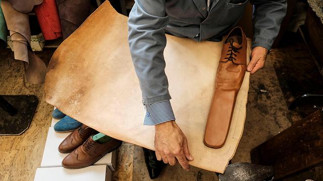 רומניה נעליים במידה 75 כדי לשמור מרחק (צילום: רויטרס)