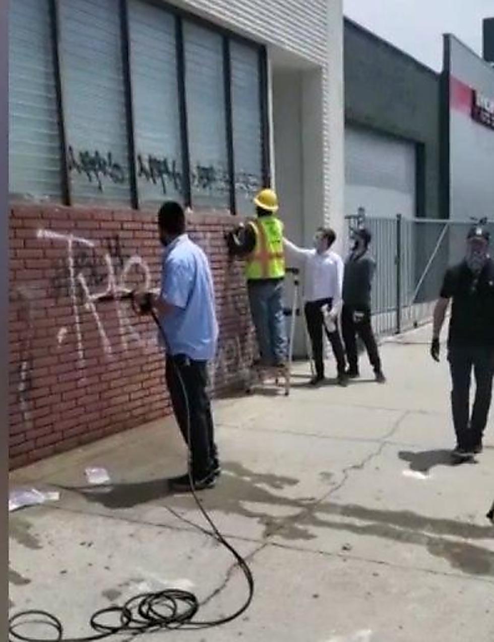 מתנדבים מנקים את הקירות לאחר הוונדליזם בבית המדרש
