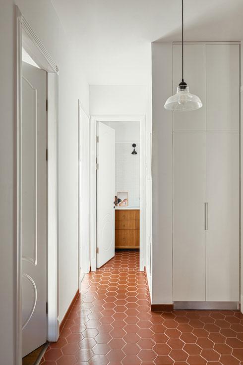 בקצה הדירה, החלק הכי פחות מואר, קובצו חדר הרחצה, השירותים וארון מכונת הכביסה (צילום: עידו אדן)