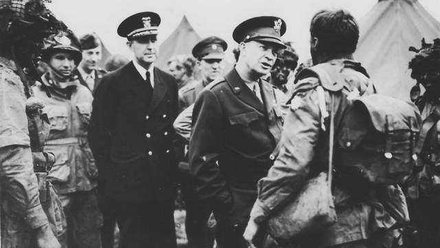 אייזנהאואר משוחח עם לוחמים בריטים שלוש שעות לפני הפלישה (צילום: AP)