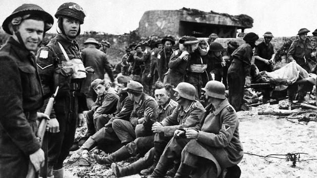 לוחמים קנדים לצד שבויים גרמנים במהלך הפלישה לנורמנדי (צילום: AP)