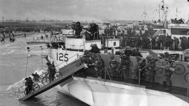חיילים קנדים יורדים עם אופניים מהספינות בחוף ג'ונו (צילום: G. Milne/Hulton Archive/Getty Images)