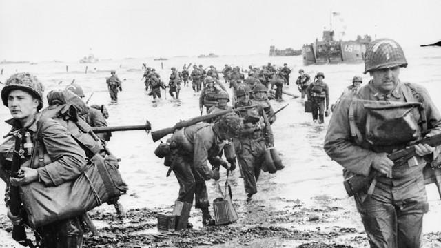 לוחמים אמריקנים פולשים לחוף אומהה בצרפת (צילום: Keystone/Getty Images)