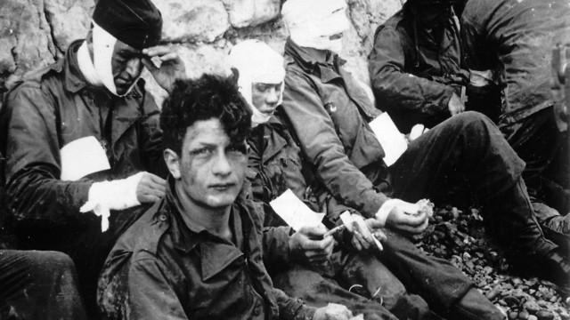 לוחמים אמריקנים שנפצעו בפלישה לחוף אומהה (צילום: AP)