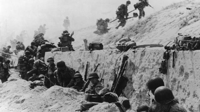 לוחמים אמריקנים נלחמים אחרי הפלישה לחוף יוטה בנורמנדי (צילום: Keystone/Hulton Archive/Getty Images)