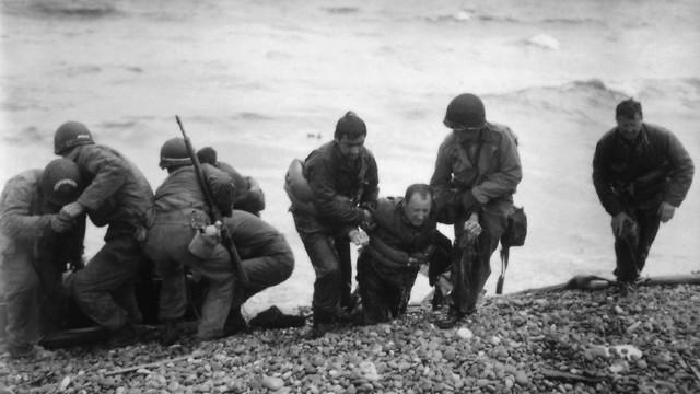 לוחמים אמריקנים מסייעים לחבריהם החלשים בחוף יוטה (צילום: AP)