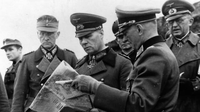 רומל לומד את ההגנות הגרמניות באזור צפון צרפת (צילום: Keystone/Getty Images)