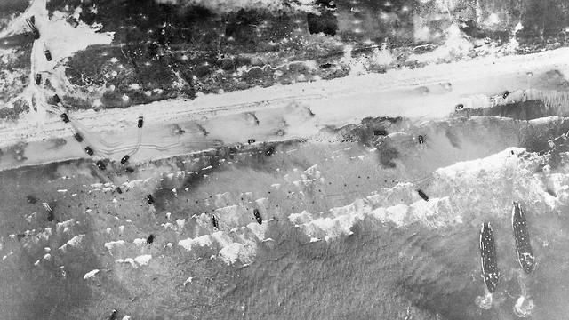 כוחות הברית נוחתים בחופי צרפת ומתחילים להיכנס למדינה (צילום: AP)