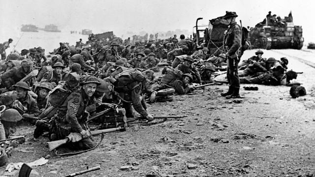 חיילים בריטים מחכים לפקודה בחופי צרפת (צילום: AP)