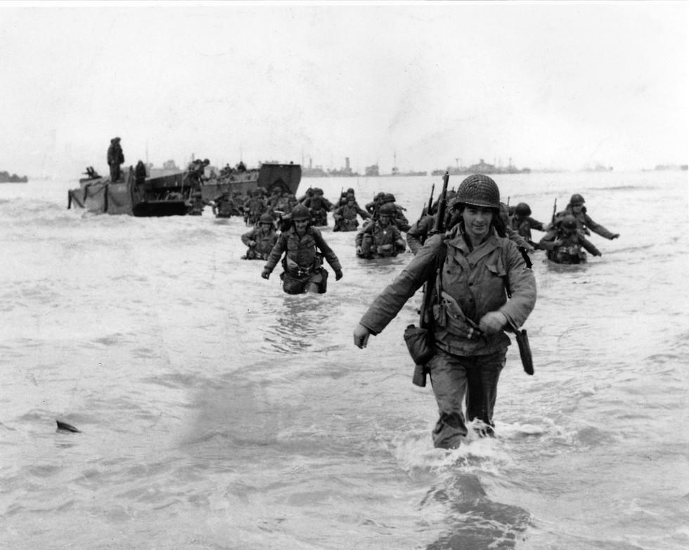 חיילים אמריקנים מגיעים לחוף במסגרת הפלישה לנורמנדי (צילום: AP)