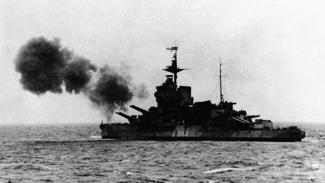ספינה של בעלות הברית מפציצה יעדים בחופי צרפת (צילום: AP)