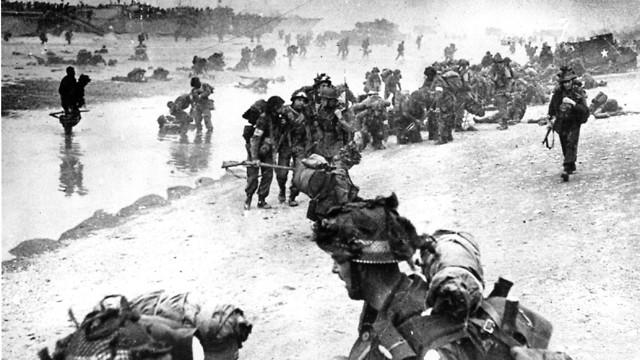 לוחמים בריטים בפלישה לחופי צרפת (צילום: AP)