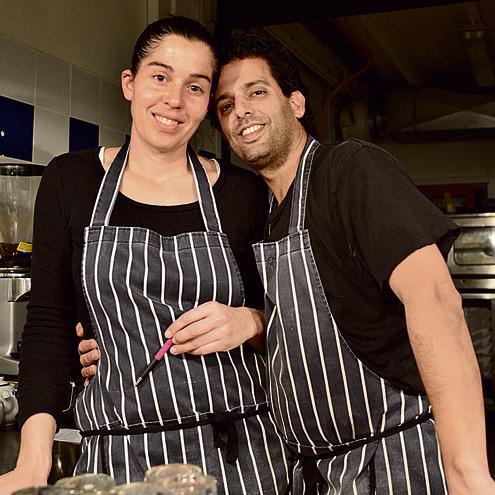 עברו להכין המבורגרים. ליאור רפאל וענבר שפירא ממסעדת לויתן באילת   צילום: יאיר שגיא