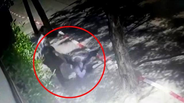 תיעוד תוקף אדם חרדי ברחוב בגלל שלא עטה מסכה ()